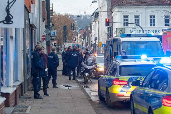 Mehrere Einsatzkräfte der Polizei trafen vor dem Tatort ein.