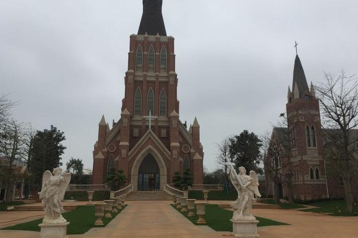 """Zwei von elf Kirchen, die zum """"Hochzeitsplatz"""" gehören."""