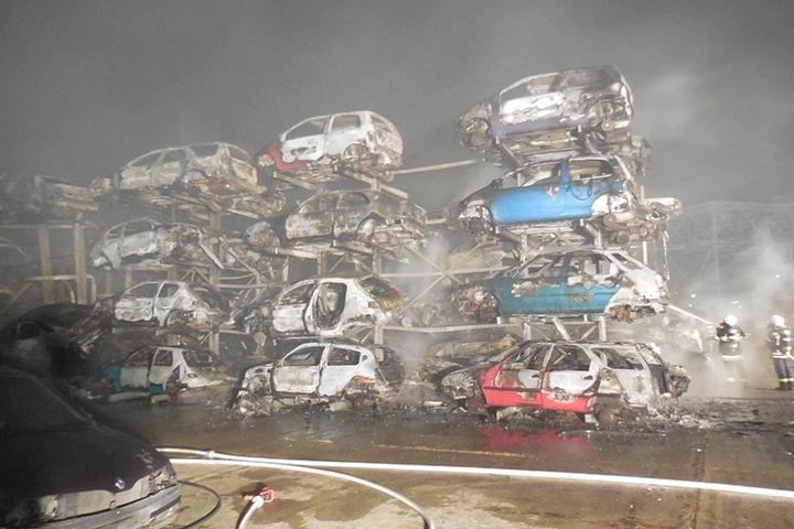 Sechs Regale mit jeweils 40 Autos brannten lichterloh.