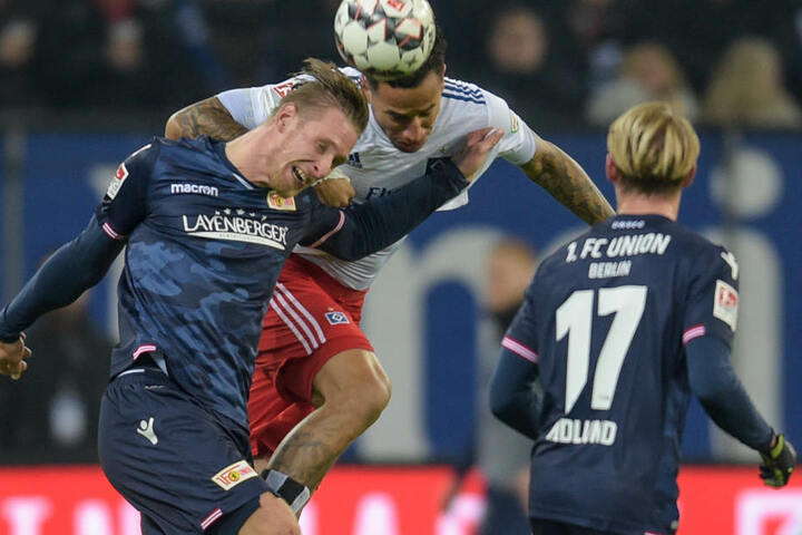 Berlins Sebastian Polter, Hamburgs Leo Lacroix und Berlins Simon Hedlund (von links) kämpfen um den Ball.