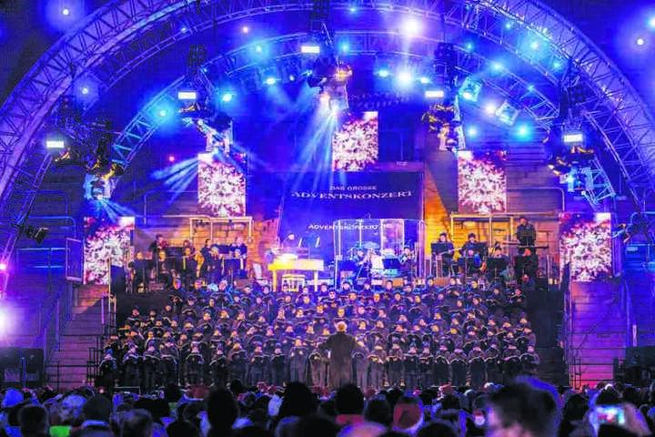 Der Kreuzchor sang auf opulenter Bühne eine bunte Mischung von Weihnachtsliedern aus aller Welt.