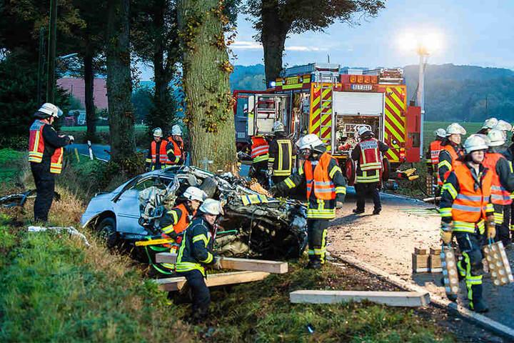 Das Auto ist total zerstört. Die Feuerwehr musste das Fahrzeug abstützen bei der Rettung.