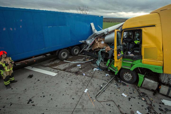 Ein Lkw wurde regelrecht zerfetzt.