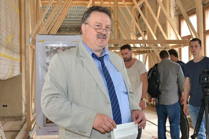 Schlossbauherr Ulf Nickol bei der Führung durch sein Haus.