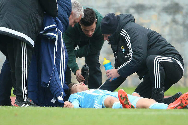 Trotz minutenlanger Behandlung konnte der junge Kicker nicht weiterspielen.
