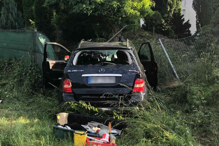 Die Mercedes-Fahrerin kam von der Straße ab und prallte in einen Baum.