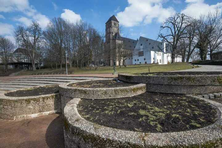 Hier geht noch nix: Die letzten Wochen zögerten die Bepflanzung der Schloßkirchen-Rabatten heraus.