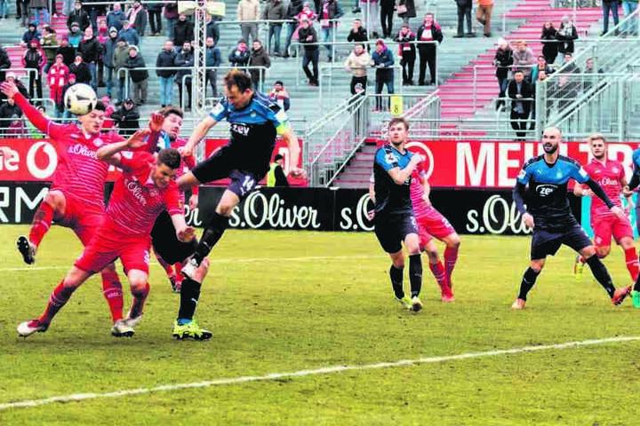 Immer mit vollem Einsatz: Toni Wachsmuth (M.) setzt sich hier rustikal gegen die Würzburger ein.