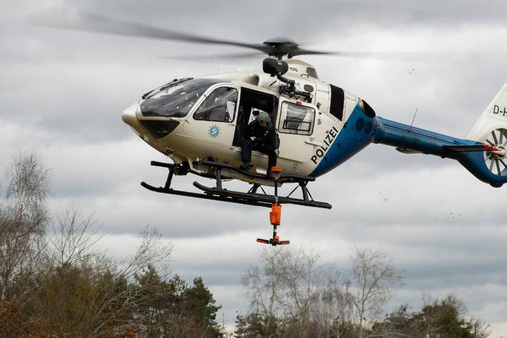 Die Polizei sucht mit Hubschrauber den Leichenfundort ab. (Symbolbild)