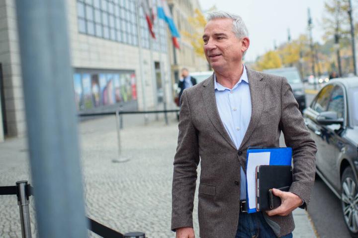 Innenminister Thomas Strobl (CDU) geht zu einer Sitzung.