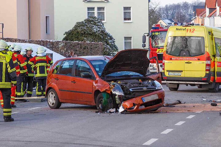 Der Ford war aus bislang unbekannten Gründen von der Straße abgekommen.