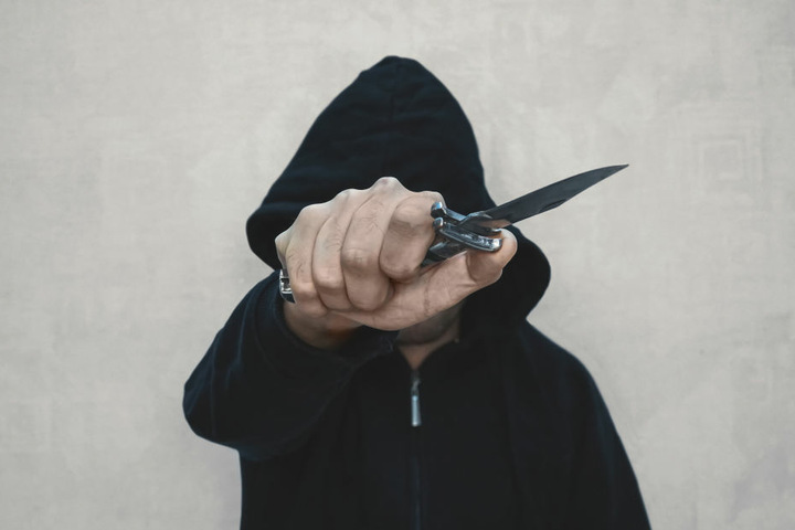 Ein Mann stach dem 22-Jährigen mit einem Messer von hinten in den Oberkörper (Symbolbild).