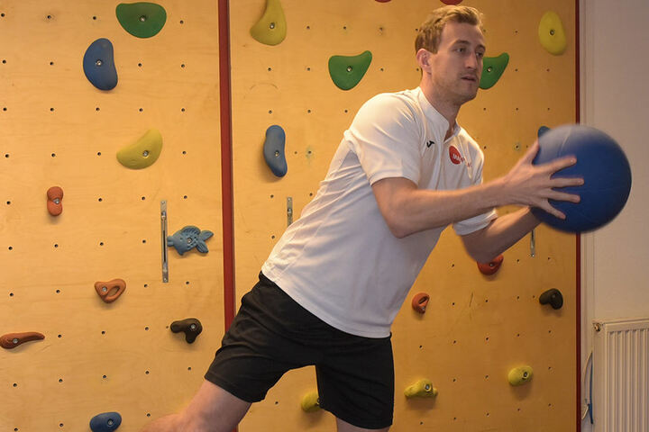 Auf der Matte wird die Stabilität des linken Sprunggelenks von Harrison Reed verbessert.