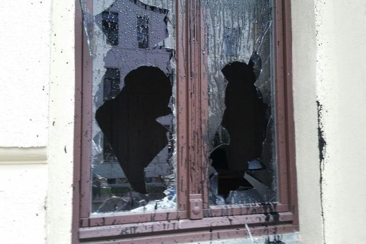 Die Scheiben des Büros von Bettina Kudla sind eingeschlagen.