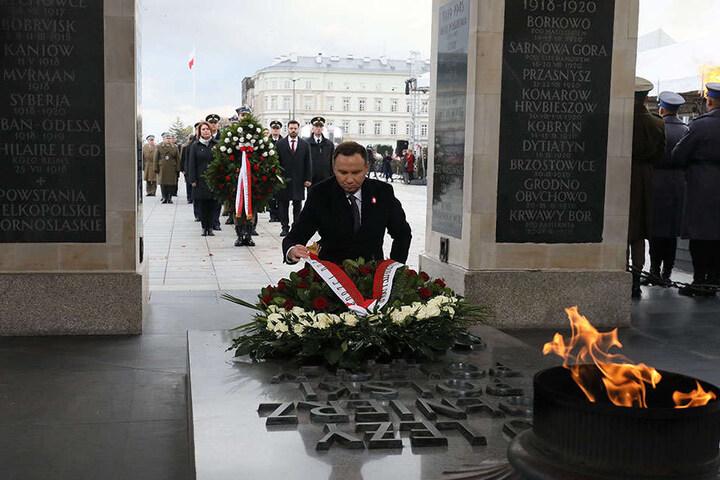 Der polnische Präsident Andrzej Duda legte am Nachmittag vor dem Grabmal des unbekannten Soldaten in Warschau einen Kranz nieder.