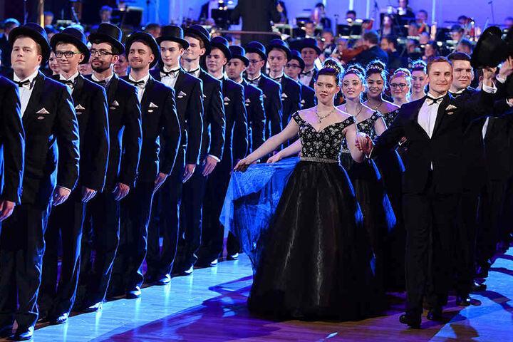 Die Debütantenpaare eröffneten den Tanz.