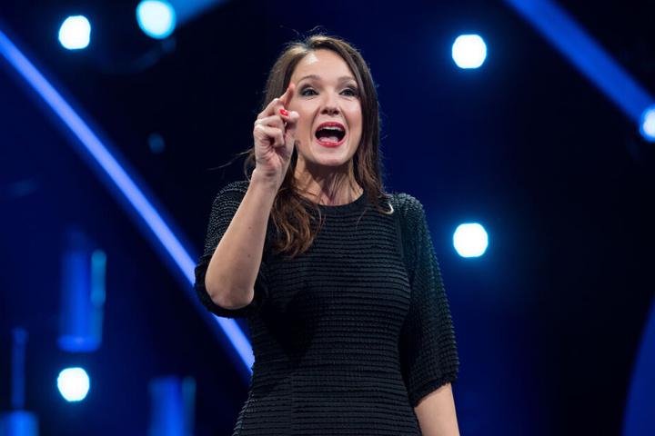 """Ab dem 30. Mai gibt es im Ersten acht neue Folgen von """"PussyTerror TV"""" mit Carolin Kebekus."""