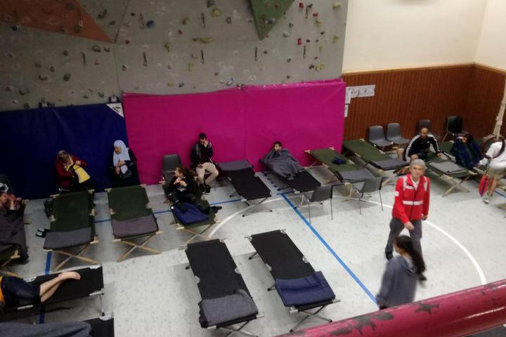 Anwohner sind in einer Notunterkunft in einer Sporthalle untergekommen.