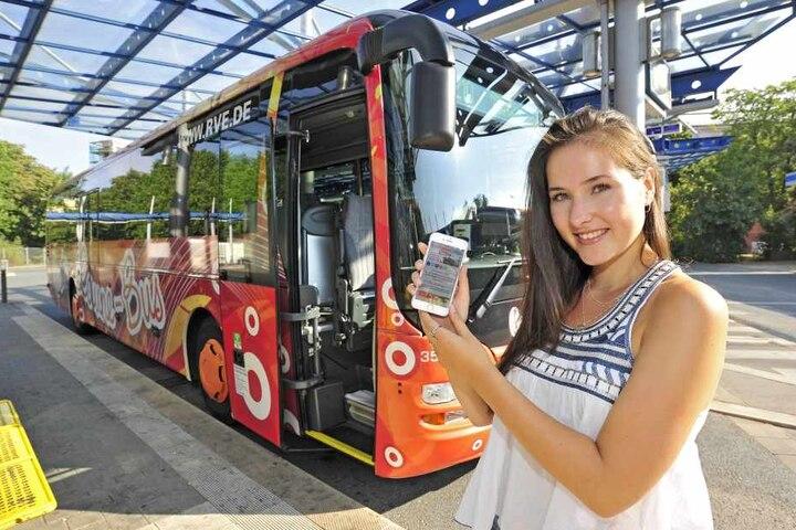 TAG24-Reporterin Isabel Möller (21) testet das WLAN im Gute-Laune-Bus der RVE. Der verdankt seinen Namen dem farbenfrohen Design.