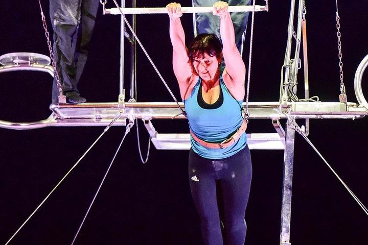 Gut gesichert an Seilen und mit einem Sicherheitsnetz unter ihr durfte Beate  Fuchs einmal durchs Zirkuszelt schweben.