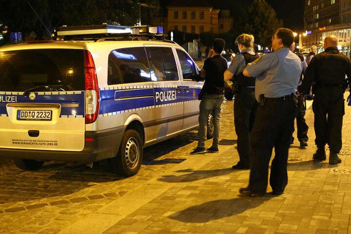 Dei Polizei stellte die Personalien von einigen Schlägern fest.