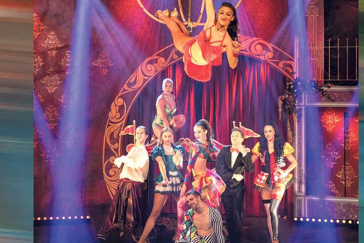 """Bunt und verrückt - der Südafrikaner Yello (2.v.r.) und die Showtänzer posieren vor dem neuen Bühnenbild von """"FouFou""""."""