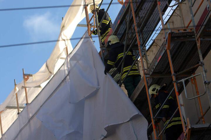 In Erfurt musste die Feuerwehr eine Plane von einem Gerüst entfernen, sie hatte sich vorher im Stromabnehmer einer Straßenbahn verfangen.