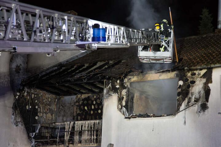 Der Schaden an dem Haus ist enorm - die Wohnung des Ursprungs stark beschädigt.