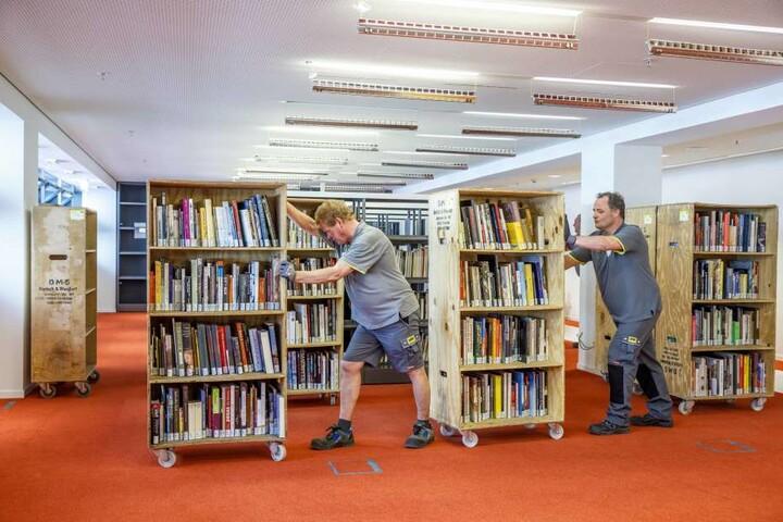 Insgesamt 200.000 Medien müssen umziehen. Die ersten Bücherregale im Kulti sind  schon gefüllt.