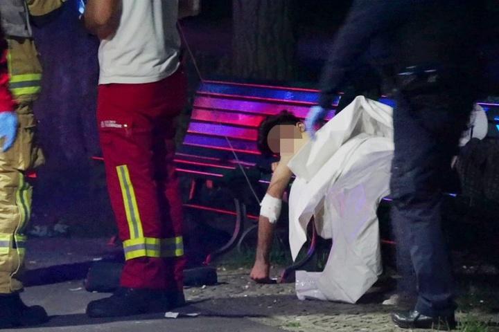 Die Verletzungen dieses jungen Mannes wurden auf einer Parkbank erstversorgt, bevor er mit dem Krankenwagen die Klinik gebracht wurde.