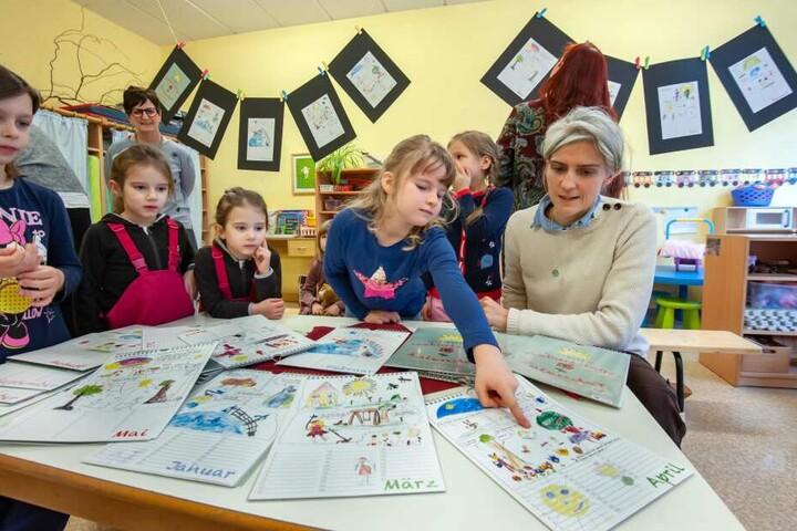 "Künstlerin Veronica Seidel (41) hat mit Kindern der Kita ""Krabbelkäfer"" Comic-Kunst-Kalender gebastelt."