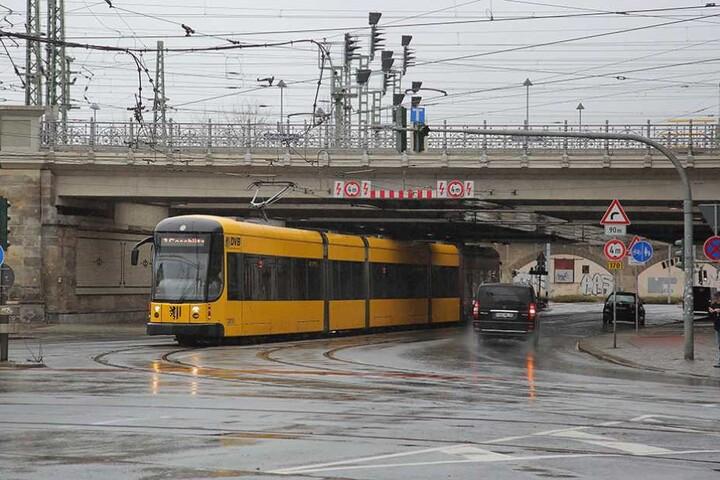 Unterhalb der Eisenbahnbrücke am Bahnhof Neustadt muss der Gleisabstand noch verbreitert werden.