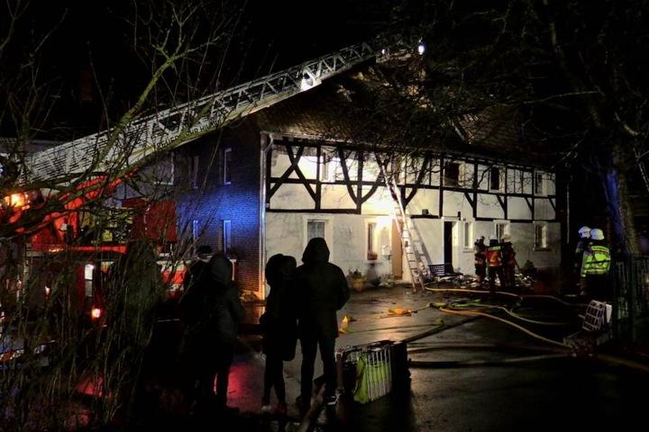 Zahlreiche Kräfte der Feuerwehr konnten den Brand schließlich löschen.