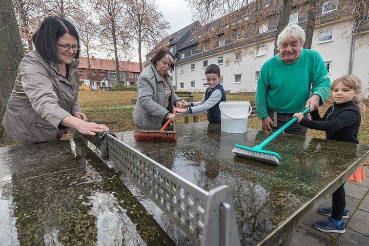 Amy Bach (5), Stefan Wolf (68), Finn Topat (11), Renate Wolf (65) und Kerstin  Szekely (56,v.r.) machen den Spielplatz Am Rosenhag winterfest.