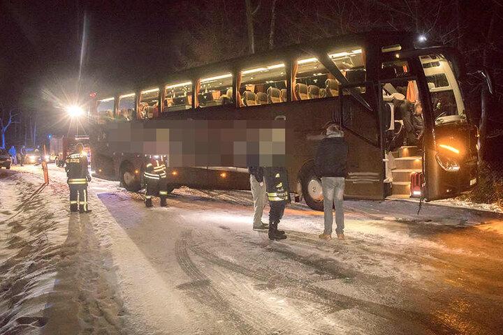 Am Ortsausgang Neudorf stand ein Reisebus stundenlang quer.