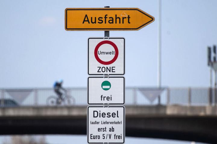 Ein Schild weist auf das Diesel-Fahrverbot in Stuttgart hin.