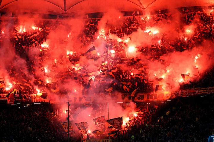 Fans von Dynamo Dresden brennen Pyrotechnik beim Gastspiel in Hamburg ab.
