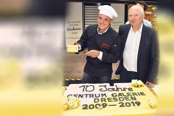 Schmecken lassen: Center-Chef Jürgen Wolf (58, r.) und Andreas Wippler (41) von der Bäckerinnung schneiden die Geburtstagstorte an.