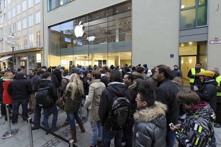 Ob es für die verrückte Mac-Kerze auch so eine Schlange vor dem Laden geben würde?