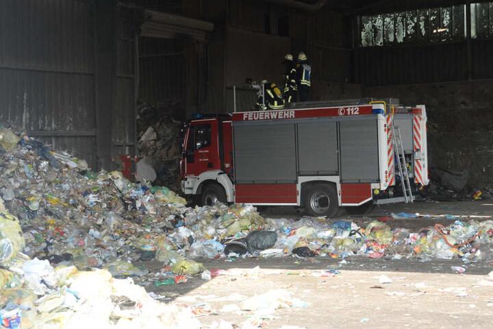 Mitten zwischen Müll musste die Feuerwehr agieren.