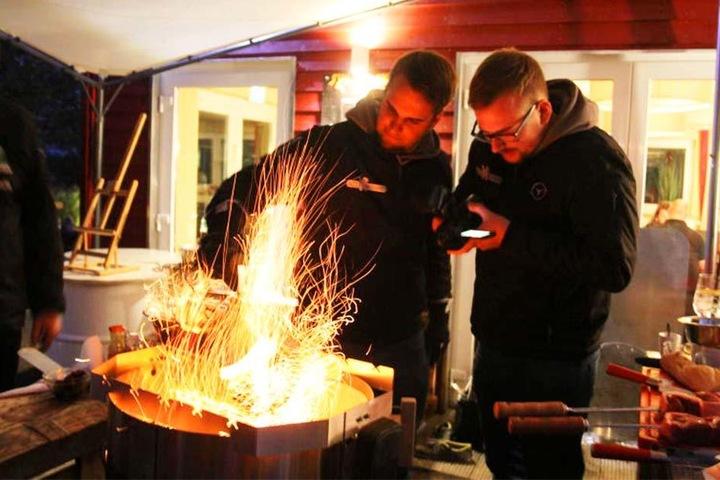 """Das Feuer brennt, das Grillen kann beginnen. Die YouTuber """"Sizzlebrothers"""" halten alles mit ihrer Kamera fest."""