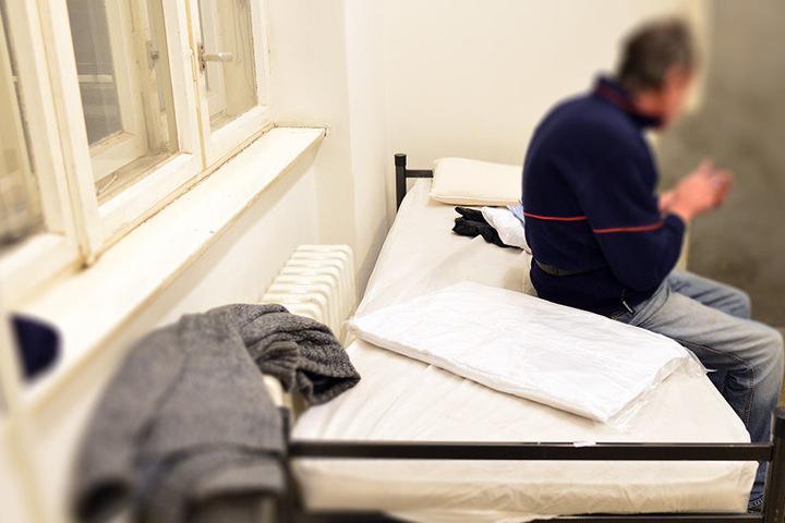 Menschen nutzen die neue Einrichtung der Kältehilfe in der Seestraße (Wedding). Die Einrichtung bietet 59 Übernachtungsplätze.