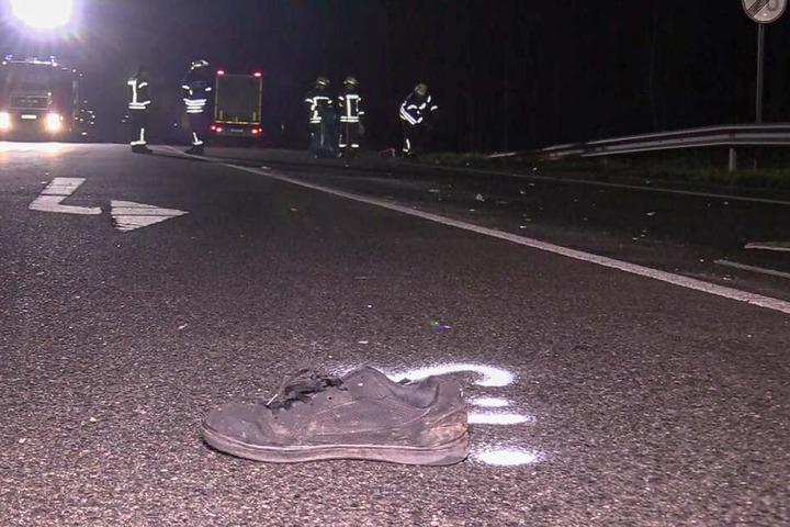 Ein Schuh liegt auf der Fahrbahn: Für den Mann kam jede Hilfe zu spät.