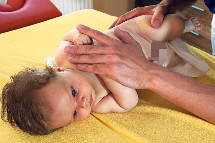 An seinem Söhnchen Eddi (2 Monate) probierte sich der ausgebildete  Heilpraktiker auch schon aus.