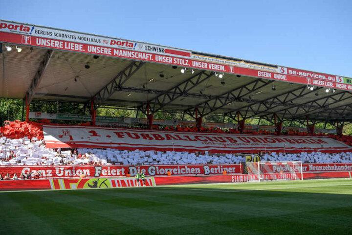 Tolle Choreografie der Union-Fans im Stadion An der Alten Försterei vor dem Anpfiff.
