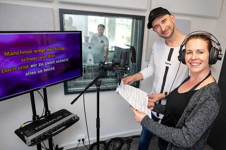 Chef Matthias Weigold (36) alias DJ Jake Dike zusammen mit Ivonne beim Singen.