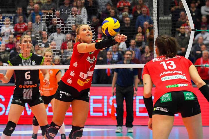 Auch ein Moment aus dem Hauptrunden-Hinspiel: DSC-Spielerin Mareen von Römer (M.) bei der Ballannahme.