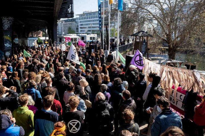 Teilnehmer haben sich zu einer Kundgebung der Bewegung Extinction Rebellion an der Jannowitzbrücke versammelt.