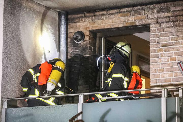 Zwei Feuerwehrkräfte untersuchten die Verkleidung.