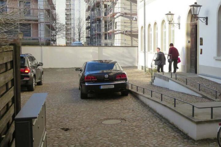 Marcus Pretzell (43) verließ nach dem Ja-Wort mit seiner Schwiegermutter das Mendelssohn-Haus durch einen Hinterausgang.